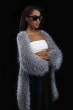 Donna afroamericana sveglia moda che sta nello scuro Fotografie Stock