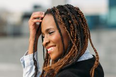 Donna afroamericana timida Modello felice fotografia stock