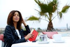 Donna afroamericana ttractive del  di Ð che cerca qualcuno in ristorante Immagine Stock