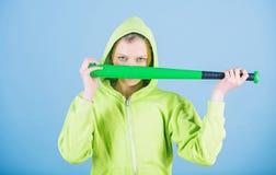 donna aggressiva con il pipistrello Attrezzatura di sport Forma fisica atletica Combattendo con l'aggressione Le biciclette, i ca fotografia stock