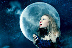 Donna aggressiva del vampiro che grida Fotografia Stock