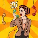 Donna aggressiva di affari che grida nel telefono Pop art illustrazione di stock