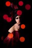 Donna agli indicatori luminosi di sera Fotografia Stock