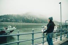 Donna al bacino della città nel giorno nebbioso Immagine Stock Libera da Diritti