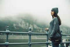 Donna al bacino della città nel giorno nebbioso Fotografie Stock Libere da Diritti