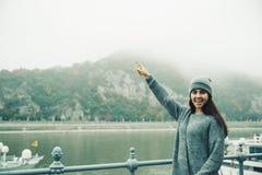 Donna al bacino della città nel giorno nebbioso Fotografie Stock