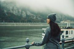 Donna al bacino della città nel giorno nebbioso Immagini Stock Libere da Diritti