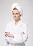 Donna al bianco grigio del fondo della stazione termale Fotografia Stock Libera da Diritti