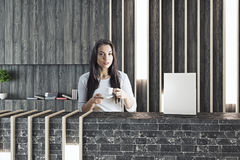 Donna al caffè bevente di ricezione Immagini Stock Libere da Diritti