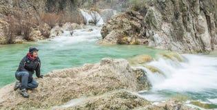Donna al fiume Fotografie Stock Libere da Diritti