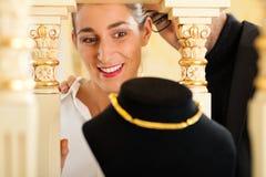 Donna al gioielliere Immagine Stock