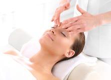 Donna al massaggio di fronte Fotografia Stock