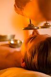 Donna al massaggio di Wellness con le ciotole di canto immagine stock libera da diritti