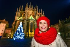 Donna al Natale davanti alla st Vitus Cathedral a Praga Fotografie Stock Libere da Diritti