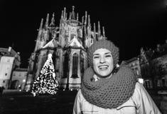 Donna al Natale davanti alla st Vitus Cathedral a Praga Immagini Stock