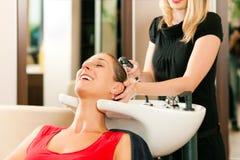 Donna al parrucchiere Fotografia Stock