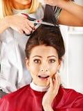 Donna al parrucchiere. Immagine Stock