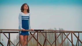 Donna al pilastro dal fiume archivi video