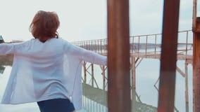 Donna al pilastro dal fiume video d archivio