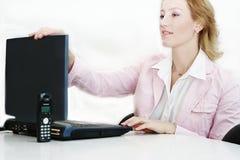 Donna al posto di lavoro con il computer portatile Fotografie Stock Libere da Diritti