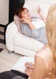 Donna al ricevimento allo psicoterapeuta Fotografia Stock