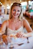 Donna al ristorante Fotografia Stock