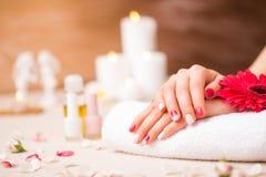 Donna al salone con il manicure grazioso immagini stock