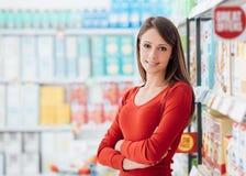 Donna al supermercato immagini stock libere da diritti