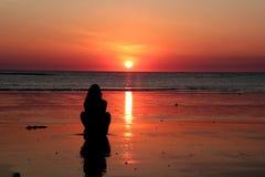 Donna al tramonto Fotografie Stock