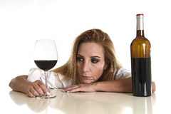 Donna alcolica depressa sprecata bionda caucasica che beve dipendenza di alcool di vetro del vino rosso Fotografie Stock Libere da Diritti