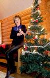Donna all'albero di Natale Fotografia Stock