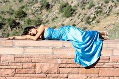 Donna all'aperto in un vestito convenzionale Immagine Stock