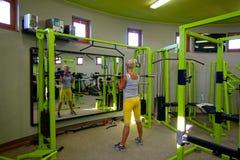 Donna all'esercitazione di ginnastica Immagini Stock Libere da Diritti