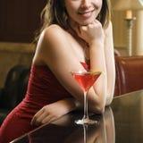 Donna alla barra con la bevanda. Fotografia Stock Libera da Diritti