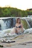 Donna alla cascata Fotografia Stock