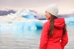 Donna alla laguna del ghiacciaio sull'Islanda Fotografie Stock Libere da Diritti