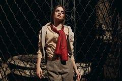 Donna alla moda in abbigliamento di modo in via Modello alla moda Fotografie Stock