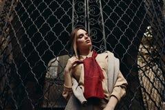 Donna alla moda in abbigliamento di modo in via Modello alla moda Fotografia Stock