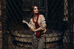 Donna alla moda in abbigliamento di modo in via Modello alla moda Fotografie Stock Libere da Diritti