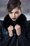 Donna alla moda in cappotto di cuoio immagini stock