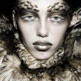 Donna alla moda in cappotto di pelliccia fotografia stock libera da diritti