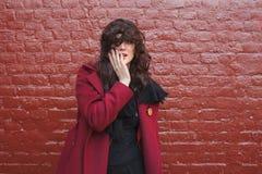 Donna alla moda in cappotto magenta immagine stock