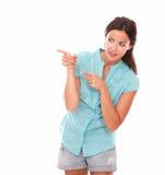 Donna alla moda che esamina la sua destra Fotografia Stock Libera da Diritti
