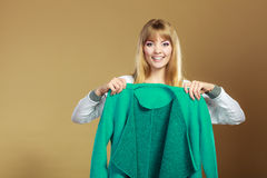 Donna alla moda che mostra cappotto verde fotografia stock