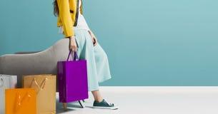 Donna alla moda che porta molti sacchetti della spesa immagini stock libere da diritti