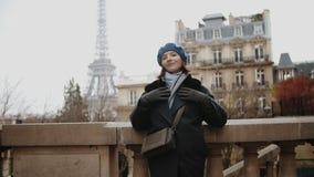 Donna alla moda che raffredda sulla torre Eiffel della via del viale di Camoens a Parigi archivi video