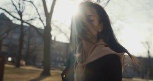 Donna alla moda che si rilassa in un parco della città durante il giorno soleggiato Fotografia Stock Libera da Diritti