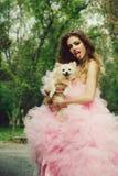 Donna alla moda con il cane fotografie stock