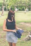Donna alla moda con la borsa di lusso del pitone dello snakeskin fuori Concetto di modo di Snakeskin immagine stock libera da diritti
