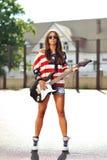 Donna alla moda con la chitarra elettrica Fotografia Stock Libera da Diritti